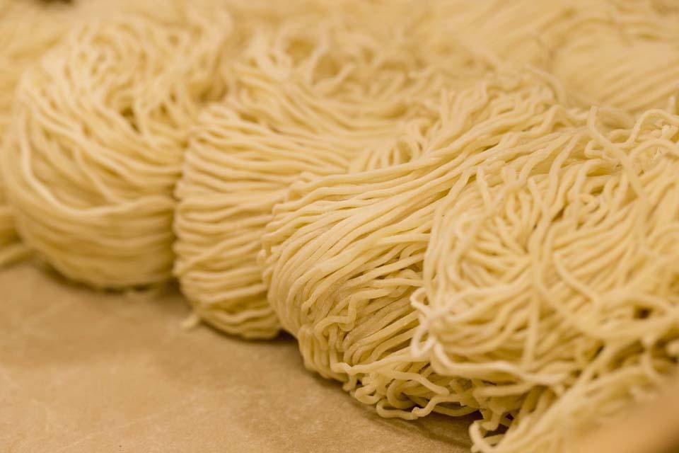 麺へのこだわり -ウェーブがかった国産小麦の細麺-
